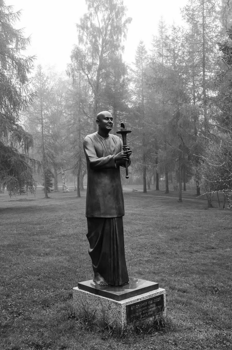 Sri-Chinmoy-statue-Vaasa